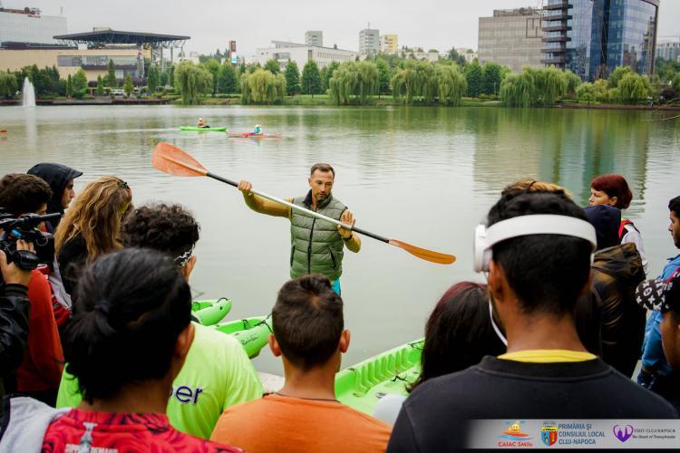 """Cluj: Puterea lui """"a putea"""": O tânără nevăzătoare a învățat în timp record să vâslească în caiac pe lacul din Gheorgheni - FOTO"""