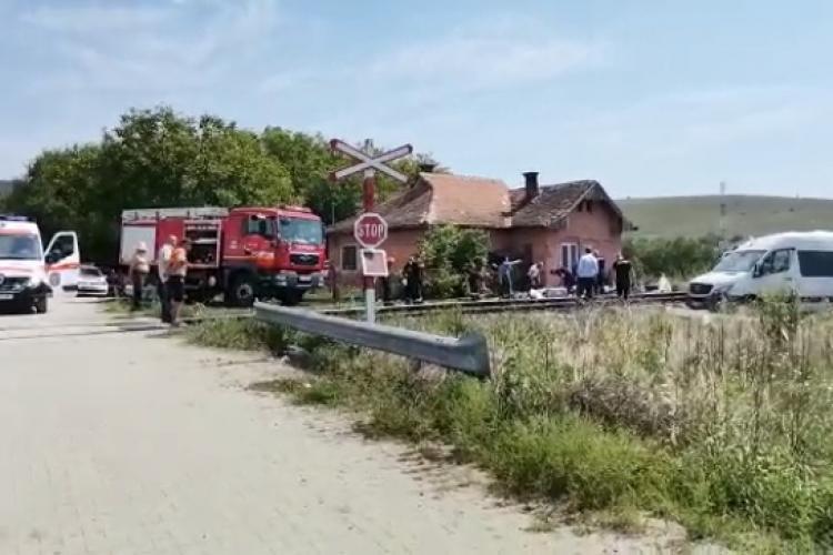 Cluj: 8 persoane au fost rănite după ce microbuzul în care se aflau a fost LOVIT de tren - VIDEO