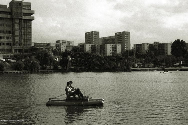 Imagini NOSTALGICE cu lacul din Gheorgheni, când se construia Casa Tineretului. Atunci puteau fi ambarcațiuni pe lac - FOTO
