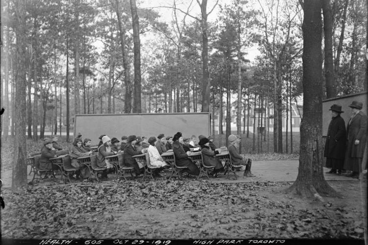 Pe vremea când nu exista online. Așa se făcea școala la începutul secolului XX pentru a preveni infectarea cu gripa spaniolă - FOTO