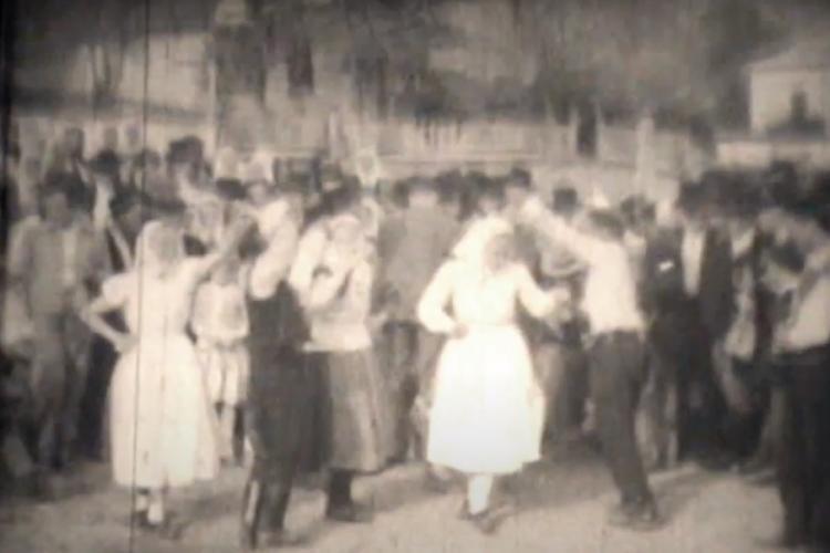 Imagini cu țăranii din Suatu, dansând în 1962. Așa socializau, pentru că în rest oamenii erau la munca câmpului - VIDEO