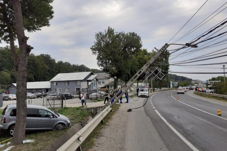 Dej: Doi copii au fost răniți după ce mașina în care se aflau a rupt un stâlp de electricitate - VIDEO