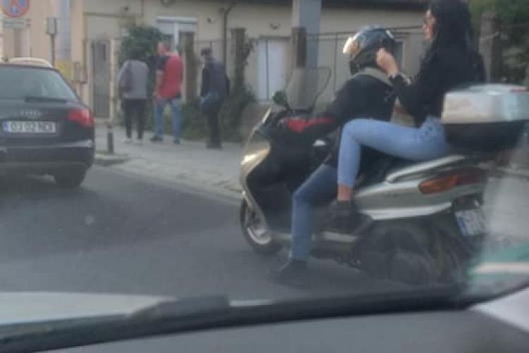 """""""Pisi"""" la Cluj, fără cască pe scuter. Era preocupată de coafură, nu de siguranță - FOTO"""