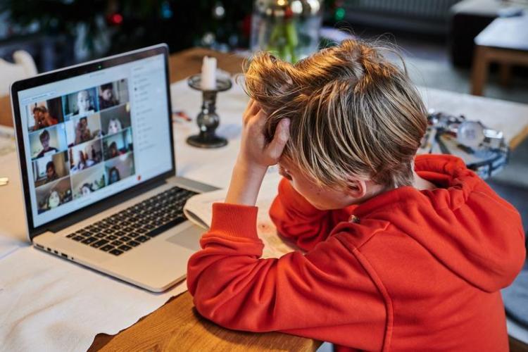 Aproape 600 de elevi din Cluj studiază online, din cauza cazurilor de COVID-19 descoperite în clase