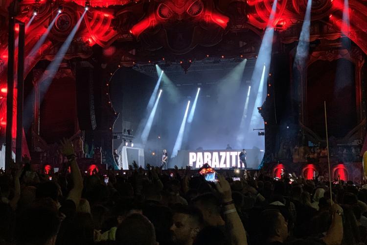 Paraziții au ISTERIZAT publicul cu hit -ul Antimilitie - VIDEO