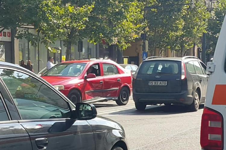 Accident FILMAT pe strada Horea, în una dintre cele mai tâmpite intersecții din Cluj-Napoca - VIDEO