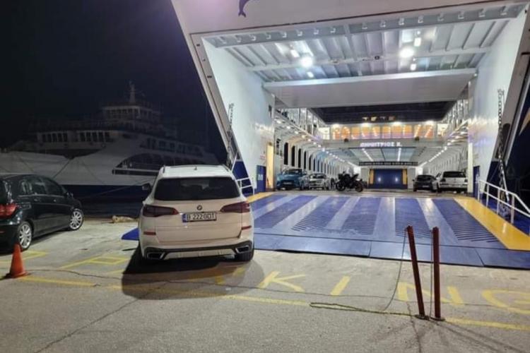 """""""Sunt an față pe avari"""" a ajuns în Grecia! Un șofer român a blocat un feribot în insula Thassos - FOTO"""