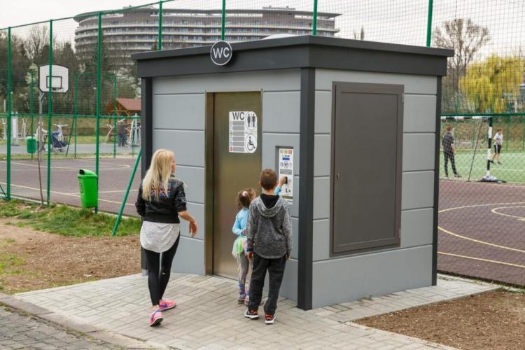 Cluj: Doi copii blocați o oră în toaleta SMART din parcul Grigorescu. Pot fi adevărate capcane pentru cei care le folosesc