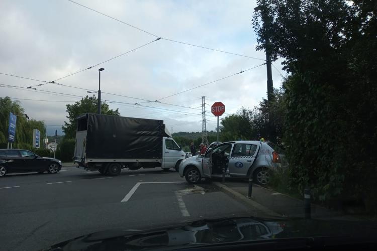 Cluj: Taxi implicat într-un accident rutier în zona Sala Sporturilor - FOTO