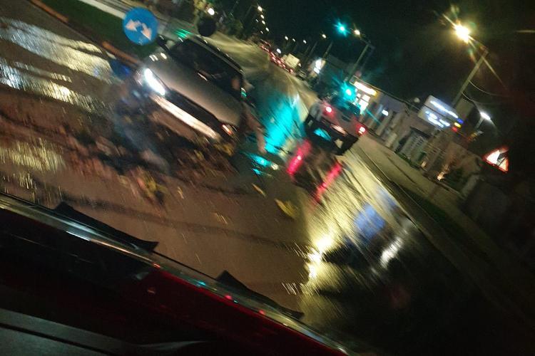 Un șofer a intrat în sensul giratoriu din Florești și a dărâmat stâlpul de iluminat - FOTO