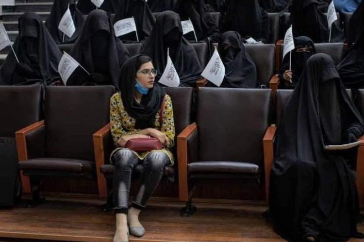 Moment incredibil la Universitatea din Kabul: o studentă i-a sfidat pe talibani, venind în blugi și cu fața neacoperită - FOTO