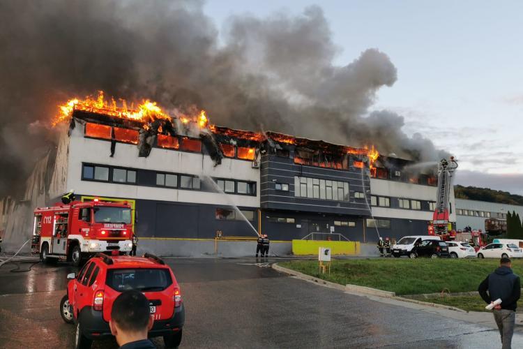 Incendiu puternic în zona Tetarom. ISU Cluj: Nu ieșiți din casă pe cât posibil. Nu deschideți geamurile - VIDEO