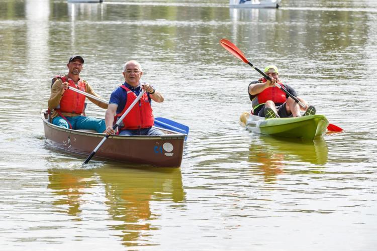 Emil Boc s-a dat cu caiacul pe lacul Gheorgheni, alături de tineri
