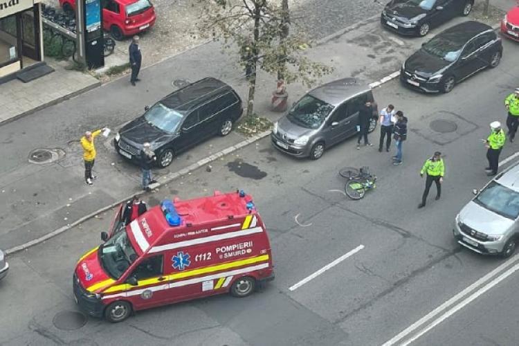Cluj: Un biciclist NEATENT a fost acroșat de o mașină pe strada Fabricii - FOTO