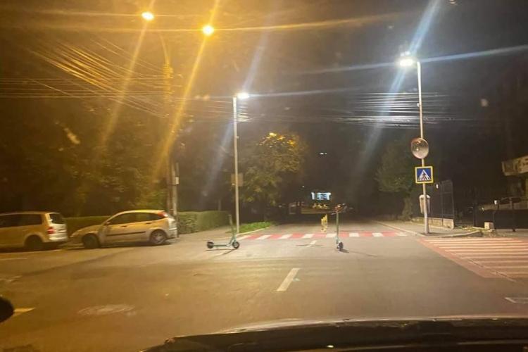 """Cluj-Napoca: """"Cornute"""" inconștiente și-au lăsat trotinetele în mijlocul drumului"""