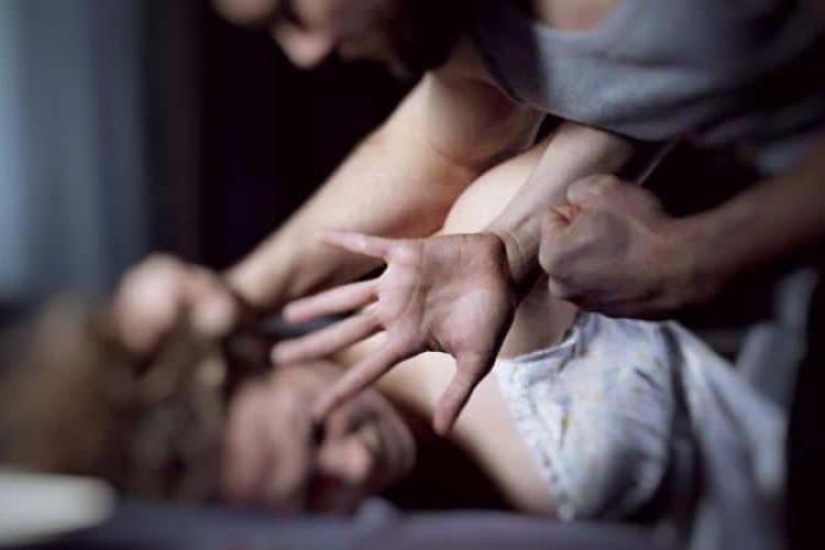 Opt ani de ÎNCHISOARE pentru un prădător sexual din Alba, care a violat o femeie în timp ce îi ținea un cuțit la gât