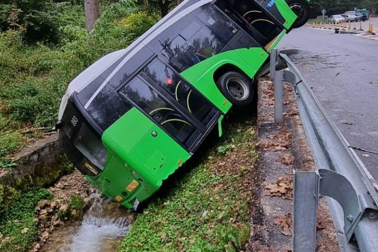 Autobuz neasigurat cu frâna a căzut într-un canal colector - VIDEO și FOTO