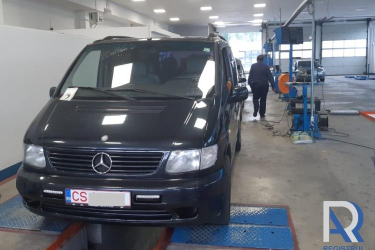 Mercedes cu suspensii din lemn, depistat de RAR - FOTO