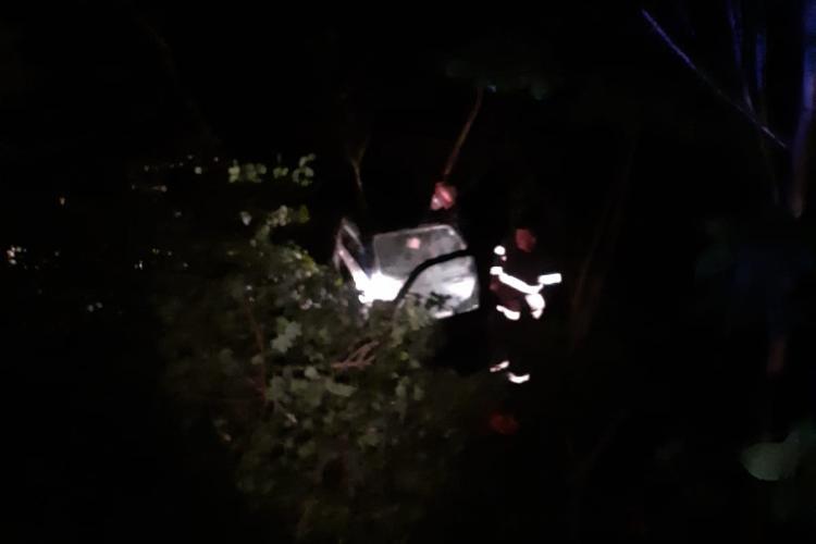 Salvare dificilă la Baișoara! O mașină a căzut într-o râpă adâncă de 3 metri, miercuri noapte. Șoferul era beat și nu avea permis - FOTO