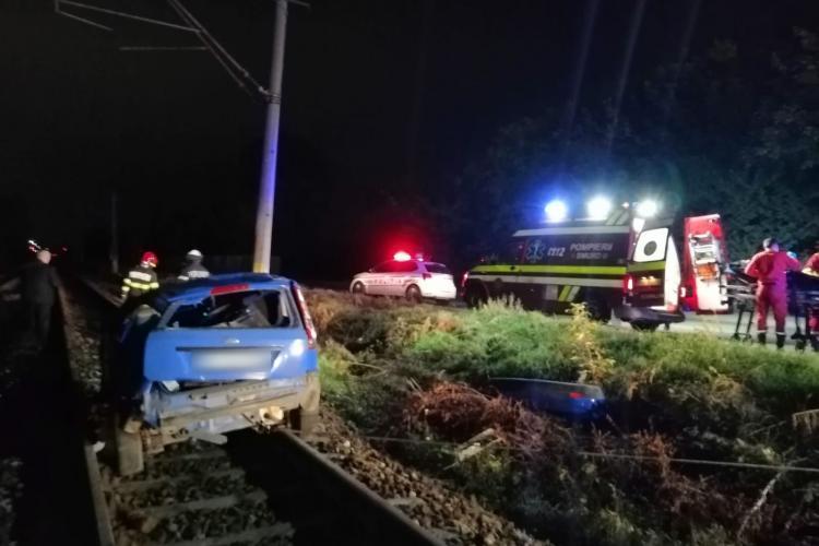 Cluj: Un șofer BEAT a intrat pe linia de cale ferată și s-a izbit de un stâlp CFR duminică seară. 3 persoane au fost rănite - FOTO