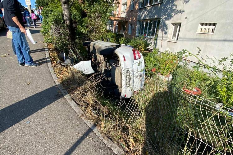 Cluj: O mașină s-a răsturnat în șanț, pe strada Primăverii - FOTO