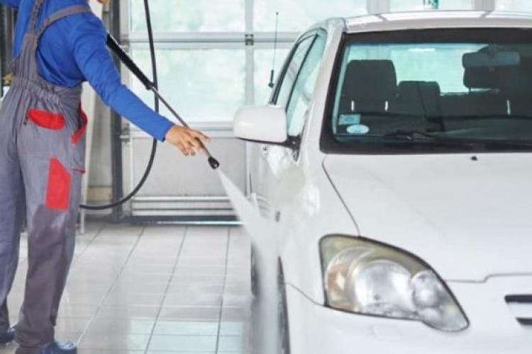 Angajatul unei spălătorii auto, călcat cu mașina de un client nemulțumit