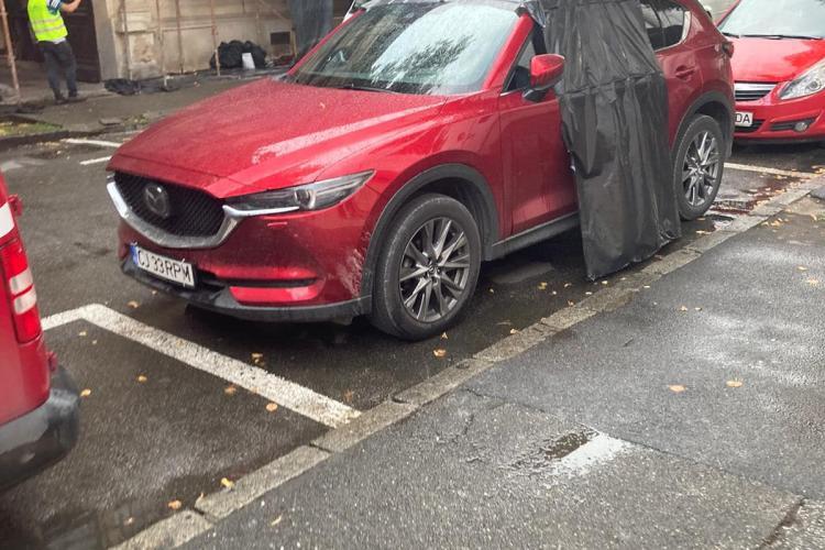 """De asta e FAIN la Cluj! Și-a uitat trapa deschisă, iar muncitorii de pe stradă i-au salvat mașina de la """"înec"""" - FOTO"""