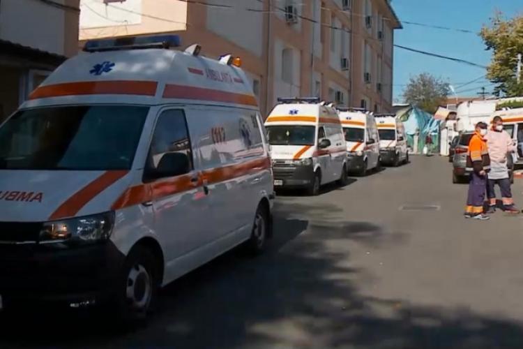 Coadă de ambulanțe la spital. În unele sunt si doi pacienți cu COVID
