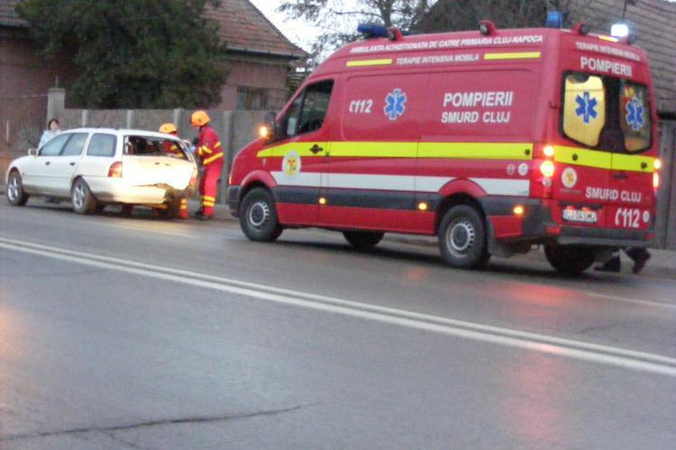 Cluj: O tânără de 29 de ani a fost lovită în plin de o mașină în timp ce trecea strada