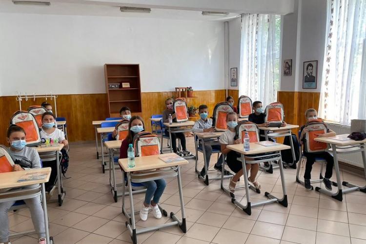5.000 de elevi din toate regiunile ţării au primit ghiozdane complet echipate pentru noul an școlar - FOTO