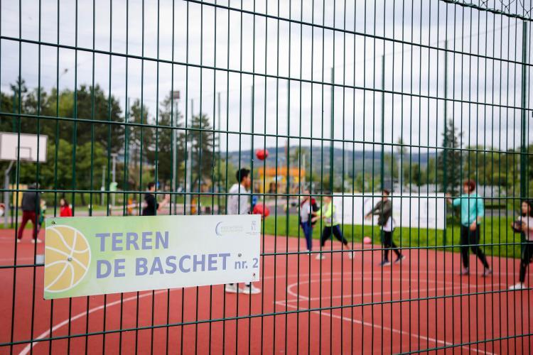 Jucătorii U-BT aruncă la coș alături de tineri instituționalizați din Cluj - FOTO