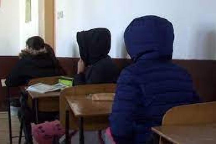 700 de elevi clujeni stau în clase cu pături pe ei! Deși CA-ul a cerut trecerea în on-line, IȘJ Cluj si Primăria au decis ca elevii să învețe în frig
