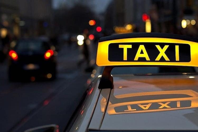 Taximetriștii din Cluj-Napoca, furioși că li se permite accesul numai pe două benzi dedicate transportului public. Amenință cu instanța