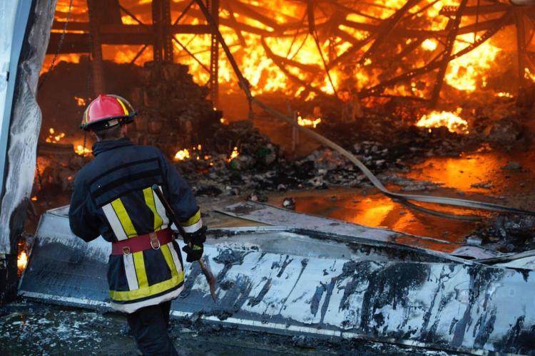 Intervenția pompierilor la hala din parcul Tetarom 1 continuă după mai bine de 10 ore de la intervenție - FOTO
