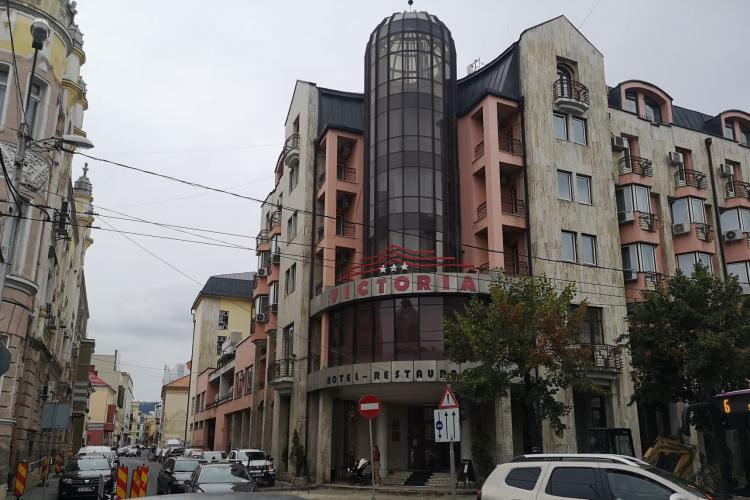 """Clipe de COȘMAR trăite de o femeie cazată la Hotel Victoria din Cluj-Napoca: """"S-a urcat peste ea, cu genunchii pe umerii săi"""""""