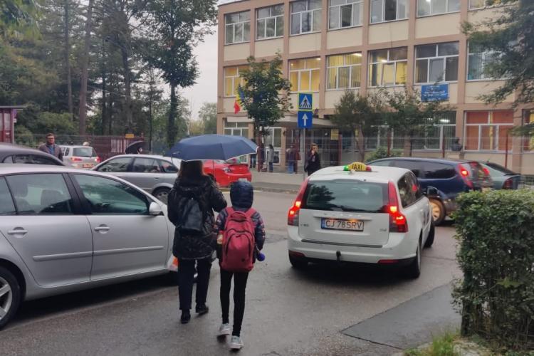 Drumul spre școală, un pericol pentru elevii din Cluj. Lipsa trotuarelor și traficul intens din jurul școlilor, principalele probleme