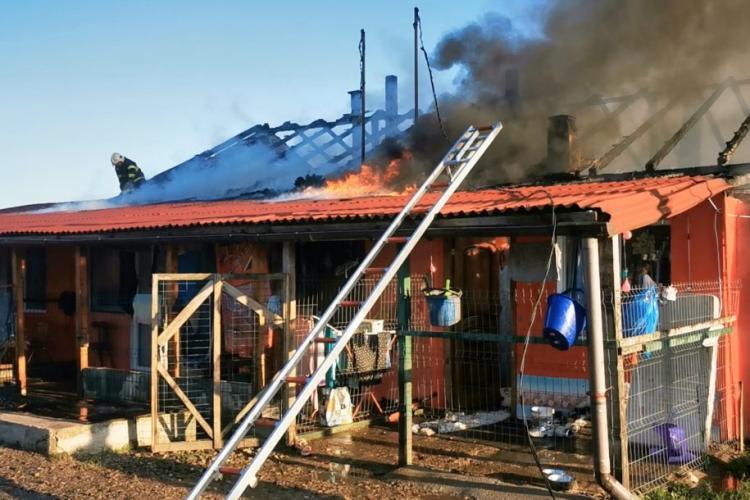 Opt familii din Dej au rămas fără locuință după ce un incendiu puternic le-a făcut casa scrum - FOTO