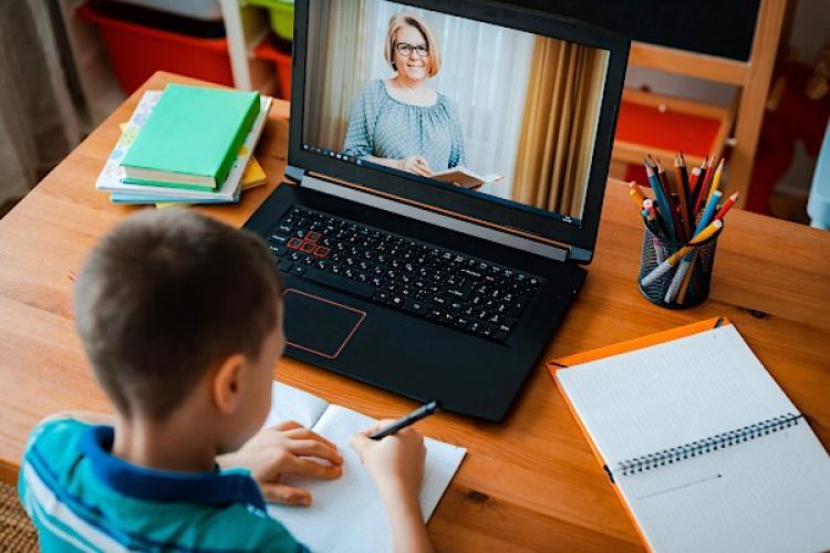 Peste 100 de școli și grădinițe din Cluj sunt afectate de COVID. MII de elevi fac orele online - LISTA COMPLETĂ