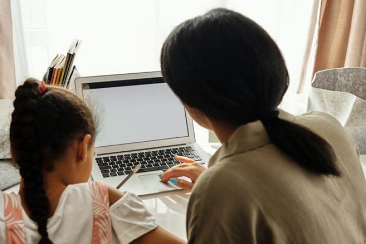 Părinții pot primi ajutor de la stat dacă orele se fac online. Care sunt condițiile și pașii necesari pentru a obține banii