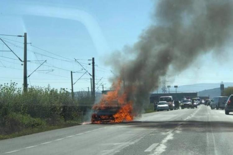 O mașină a luat foc pe stradă, duminică, în Apahida - FOTO