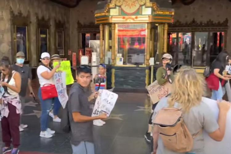 """Manifestantă anti-vaccin: """"De ce oamenii străzii nu mor de COVID?"""" / Persoană fără adăpost: """"Pentru că sunt vaccinat, idioato!"""" - VIDEO"""