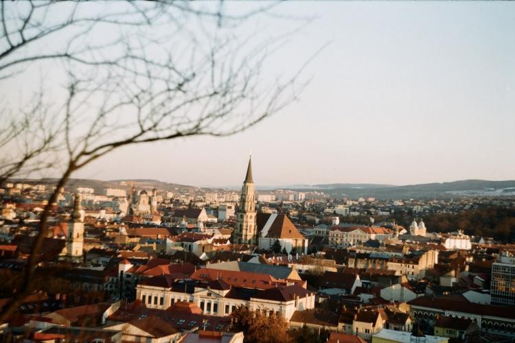 Cluj-Napoca depășește pragul de 4 la mie, vineri. Care este incidența în alte localități?