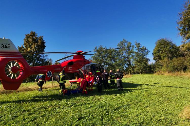 Elicopterul SMURD a intervenit la Viștea pentru salvarea a doi bărbați căzuți într-un șanț - VIDEO