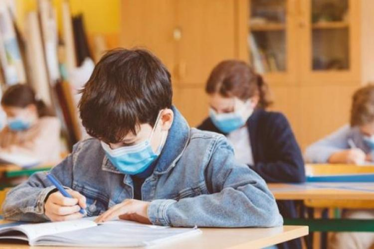 În Cluj, 442 de școli încep luni cursurile cu prezență fizică. O singură școală se află în scenariul 2