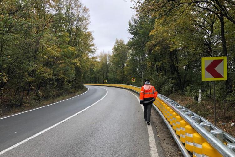 Premieră pe un drum din România! S-a montat parapet tip rulouri - FOTO