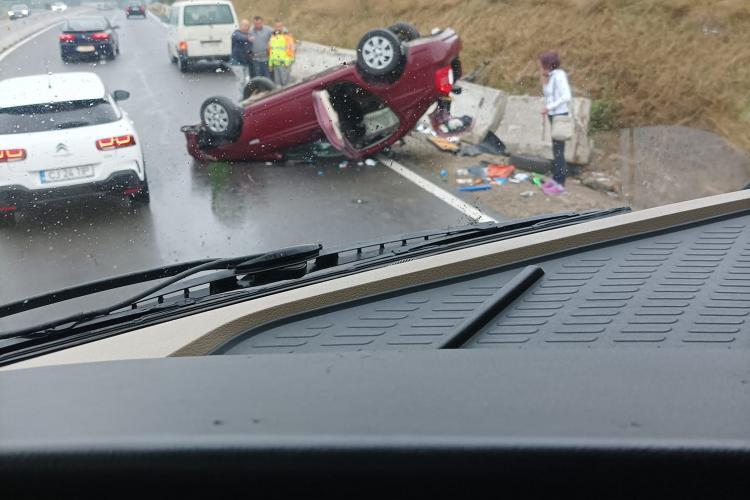Cluj: Accident rutier la urcare în Feleac. Mașina a ajuns cu roțile în sus - FOTO