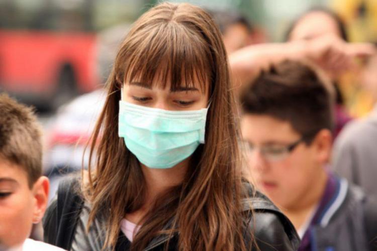 Masca de protecţie, obligatorie pe stradă în toate localitățile unde rata de infectare depăşeşte 6 la mie