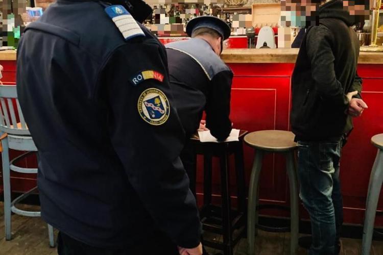 Cluj: Polițiștii au făcut vizite prietenoase prin baruri pentru a-i informa pe patroni că trebuie certificat verde COVID