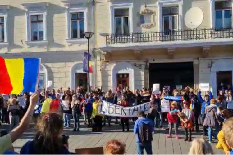 Amenzi pentru protestatarii care s-au adunat ieri în centrul Clujului, împotriva restricțiilor impuse de pandemie