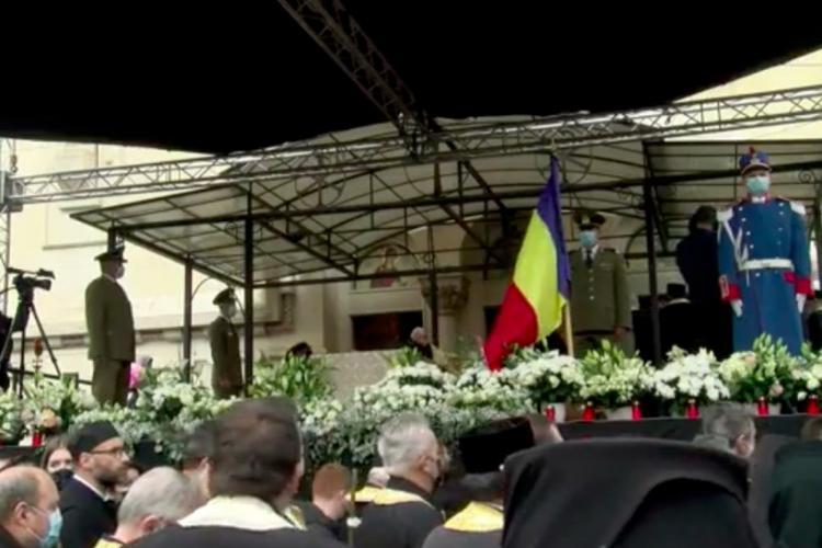 Mii de oameni l-au condus pe ultimul drum cu onoruri militare pe episcopul Vasile Someşanul